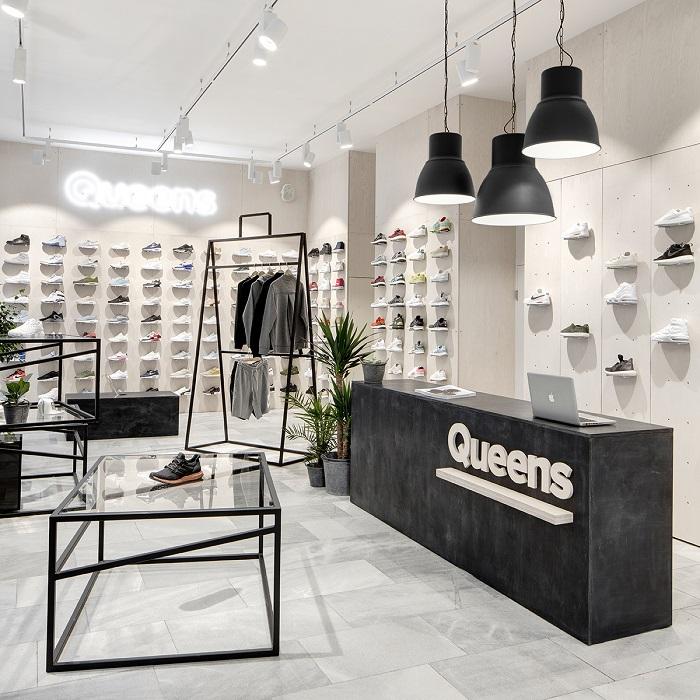Autory brněnské prodejny Queens jsou opět designéři Boris Klimek a Lenka  Damová 54993f60b4c
